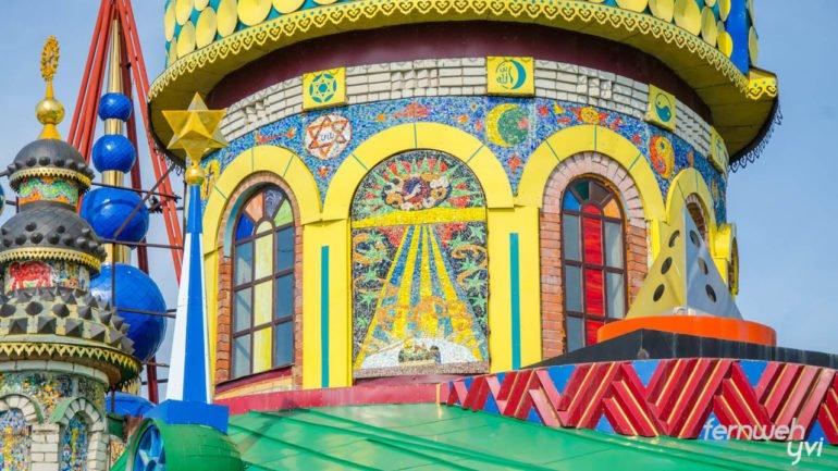 Der Tempel aller Religionen ist mit vielen Mosaiken verziert