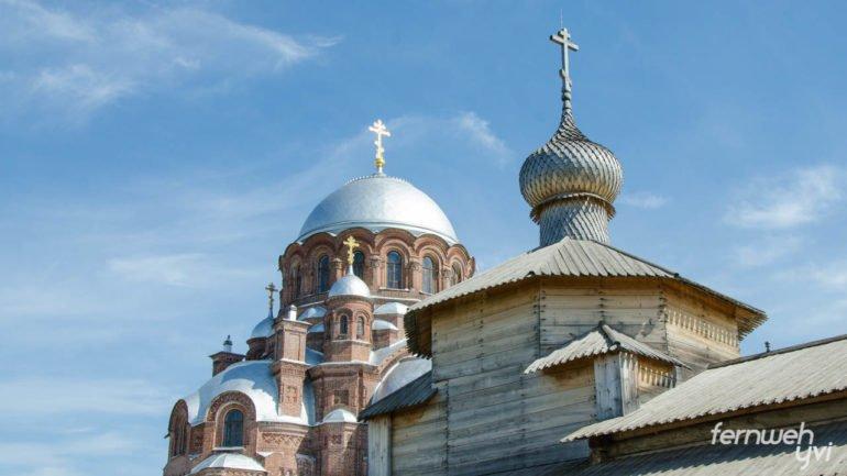 Zwei der viele Kirchen in Swijaschsk