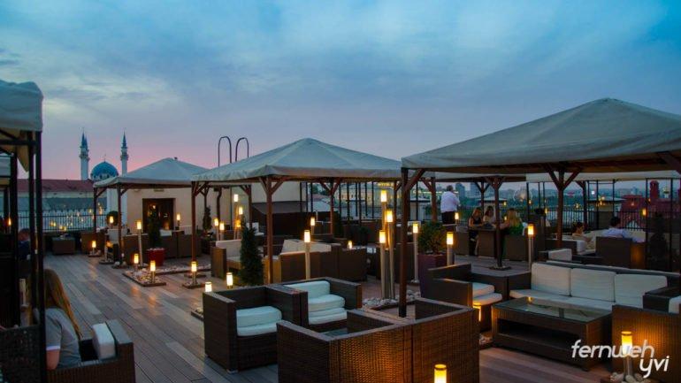 Der perfekte Ort für ein leckeres Abendessen - die Dachterrasse des Marriott Kasan