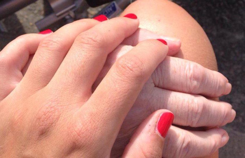 omi hand halten