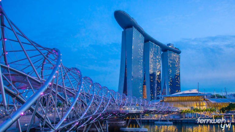 Das Marina Bay Sands Hotel mit der Helix Bridge