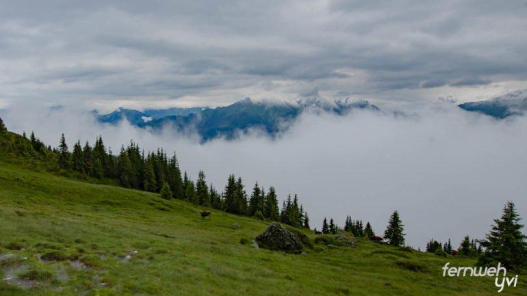 dunkle Wolken Berge